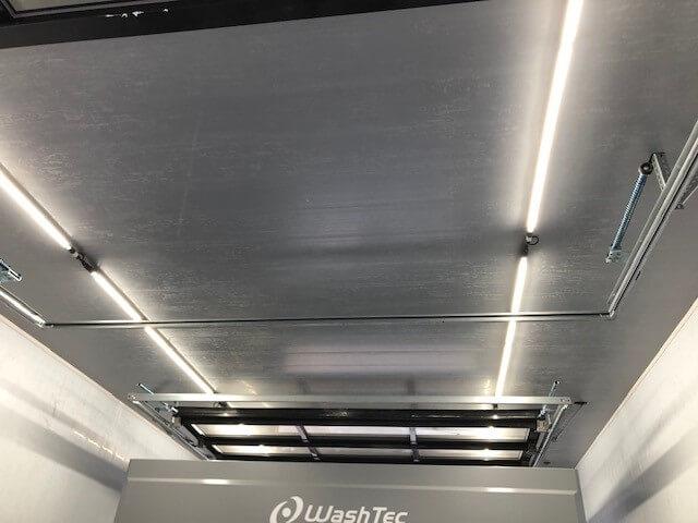 Strak grijs plafond met kunststof panelen