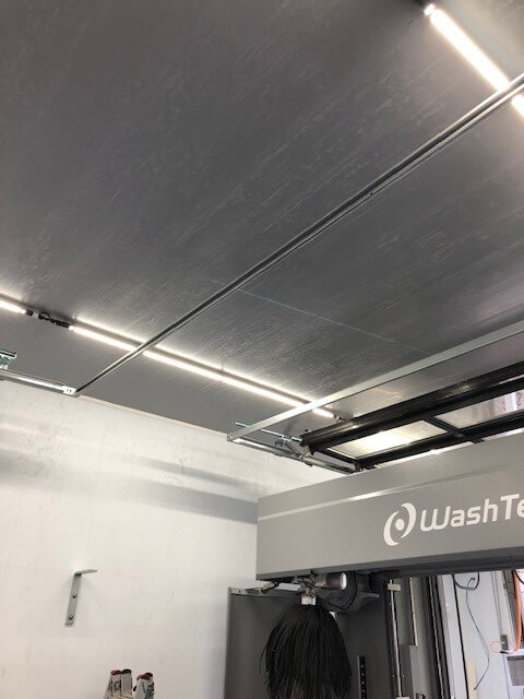 Grijze plafondpanelen Cleanpanel bij carwash renovatie