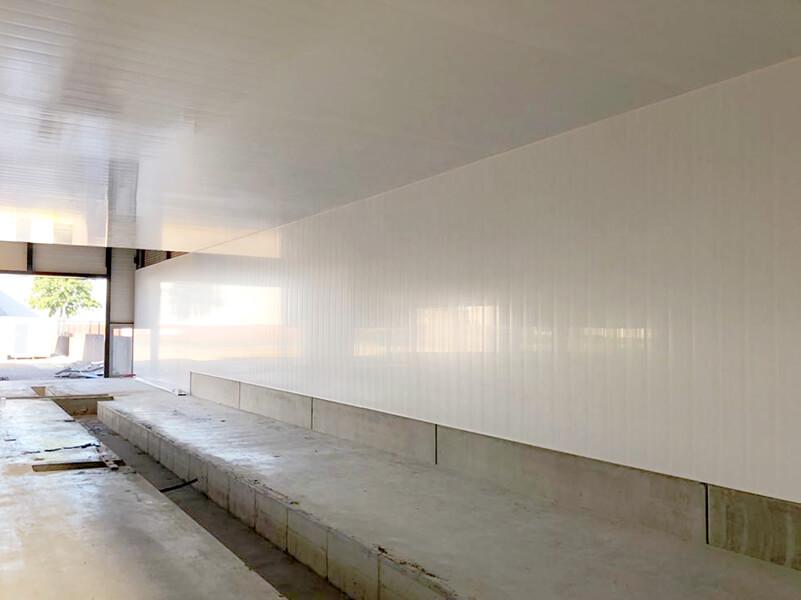 kettingwasstraat-witte-panelen-wand